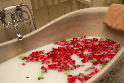 Weekly Roundup: Spas, Average Marriages and Technology
